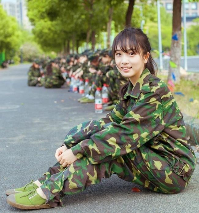 Đồng phục quân sự của học sinh, sinh viên Trung Quốc nổi bật với họa tiết rằn ri đặc trưng.