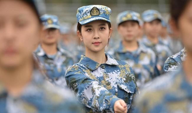 Không hề cầu kì trang điểm, khi khoác lên mình bộ quân phục, các cô gái Trung Quốc vẫn được đánh giá là xinh đẹp.