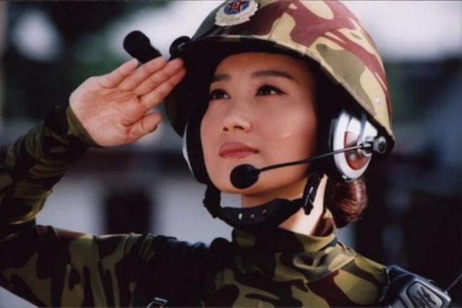 Không cần cầu kì trang điểm hay những chiếc váy thướt tha, phụ nữ vẫn đẹp theo cách riêng khi khoác lên mình bộ quân phục.