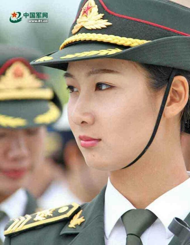 Cô đã từ bỏ công việc người mẫu nội y để trở thành quân nhân, khoác trên mình bộ quần áo trang nghiêm.