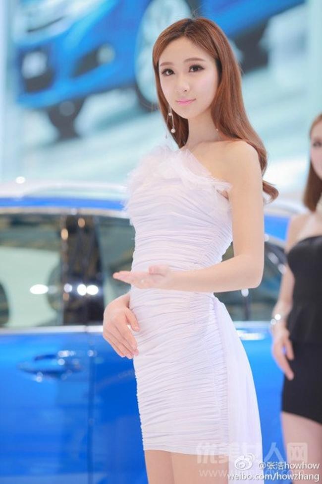 Ngoài ra cô còn làm PG (Promotion Girl) cho các buổi triển lãm xe hơi.
