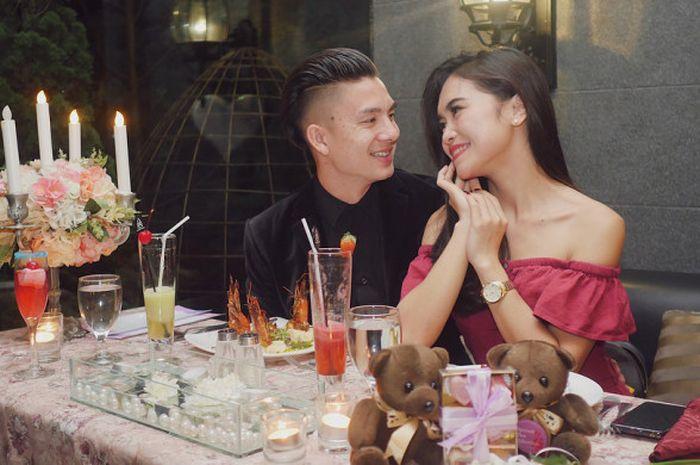 Tiền vệ Indonesia cầu hôn lãng mạn với bạn gái siêu xinh đẹp và nóng bỏng - 1