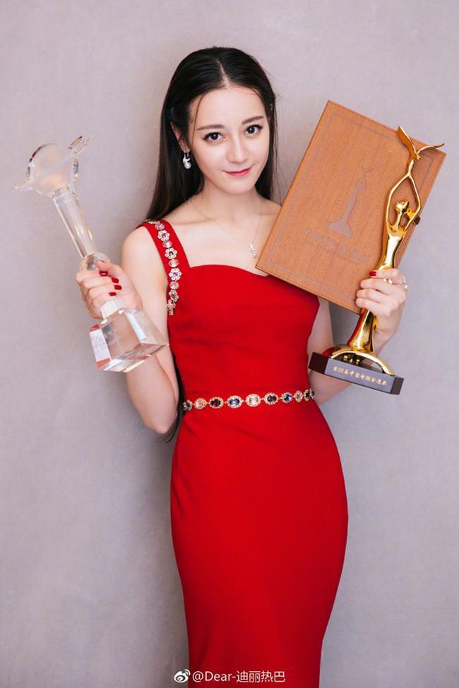 Mặc dù diễn xuất chưa bao giờ được khán giả công nhận, nhưng Địch Lệ Nhiệt Ba lại gây sốc khi vượt mặt các diễn viên thực lực và giành giải Thị hậu tại Lễ trao giải Kim Ưng năm 2018. Sau đêm trao giải, cả cô và giải thưởng Kim Ưng đều bị công chúng lên án, thậm chí tẩy chay.