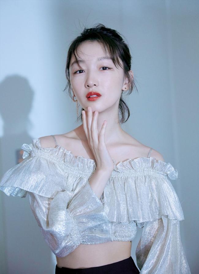 Cô bắt đầu gây tiếng vang ngay khi chỉ mới 18 tuổi, đến năm 24 tuổi, Châu Đông Vũ đã thành công ẵm giải Kim Mã với bộ phim Thất nguyệt và An sinh. Hiện nay, cô là ngôi sao sáng của dòng phim điện ảnh với nhiều tác phẩm lớn nhỏ khác nhau.