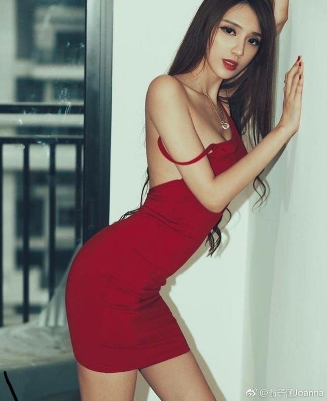 Ông Tử Hàm khẳng định cô tự kiếm được tiền nhờ sắc vóc và độ hot của tên tuổi. Tuy nhiên, trên truyền thông, người đại diện nói Ông Tử Hàm có xuất thân giàu có nênkhông cần đại gia bao nuôi.