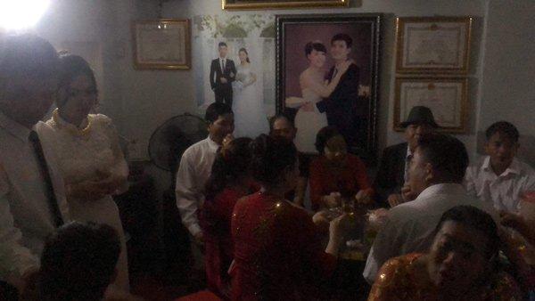 Chú rể Nghệ An cõng cô dâu lội nước, cả họ ăn cỗ trong bóng tối - 6