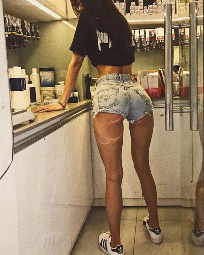 Hoặc những chiếc quần jean ngắn bằng gang tay cũng là item được cô nàng cực kỳ yêu thích vì nó là món thời trang tôn lên vòng 3 một cách hoàn hảo nhất.