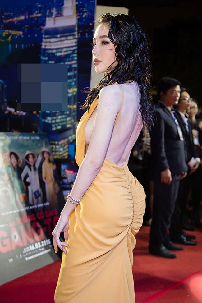"""Elly Trần cũng là mỹ nhân may mắn sở hữu vòng 3 hơn 1 mét. Những mẫu váy dạ hội dáng đuôi cá thường xuyên được """"bà mẹ 2 con"""" này sử dụng."""