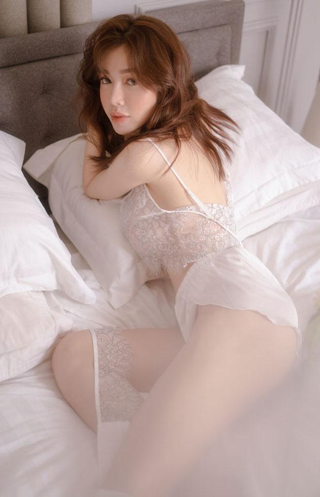 Rất nhiều lần, Elly Trần bị la ó vì style và trang phục khoe vòng 3 nhưng không thể phủ nhận, mấy ai may mắn sở hữu vòng 3 siêu quyến rũ như cô nàng.