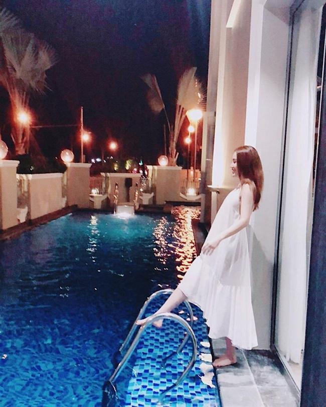 Trong biệt thự có bể bơi ngoài trời được thiết kế riêng, như khách sạn hạng sang.