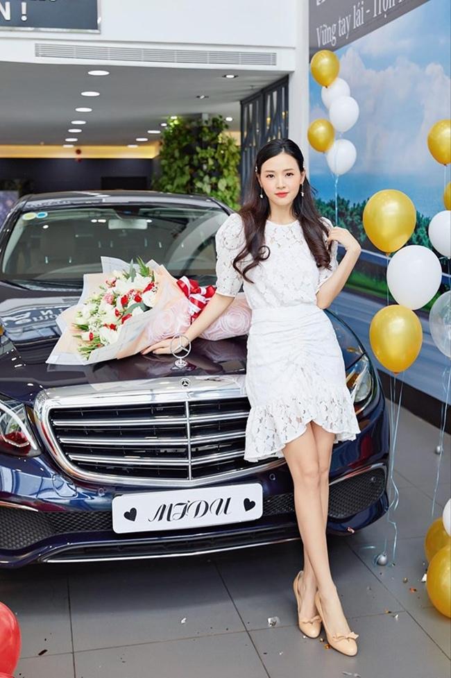 """Đầu năm nay, Midu tiếp tục tậu xe mới có giá hơn 2 tỷ đồng với biển số """"khủng"""" """"05...50"""" được chủ nhân khéo léo che đi một chữ số khi đăng tải."""