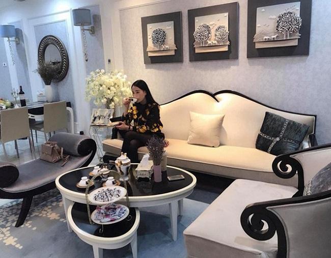 Hiện tại, Phương Oanh đang sống một mình trong căn hộ chung cư cao cấp rộng hơn 100m2 ở Hà Nội.