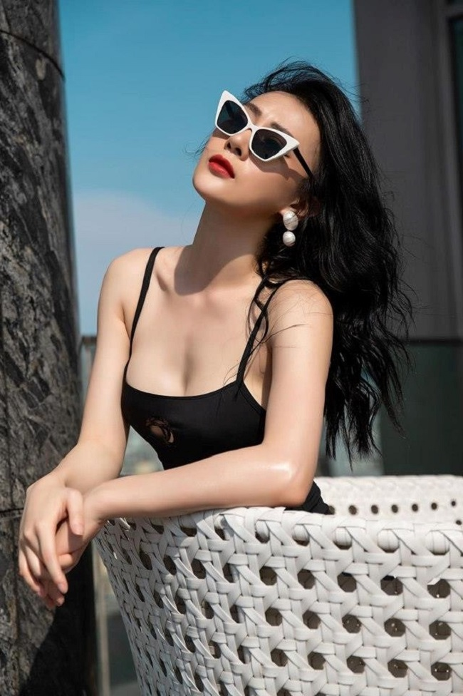 """Nếu như Midu nổi tiếng từ những ngày còn là nàng hot girl mười mấy tuổi thì Phương Oanh lại gây ấn tượng với khán giả qua vai diễn trong """"Quỳnh búp bê"""", """"Lặng yên dưới vực sâu"""", """"Nàng dâu oder""""... Sở hữu gương mặt xinh đẹp, thân hình nóng bỏng, Phương Oanh cũng là một trong những """"Quý cô độc thân tuổi 30"""" được nhiều người yêu mến."""