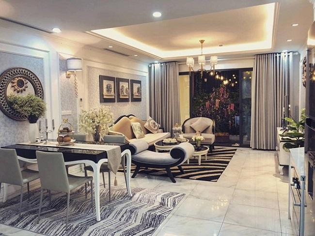 Tất cả nội thất trong nhà đều có thiết kế Âu châu sang trọng, được cô bố trí, sắp xếp hợp lý theo phong cách hiện đại, màu sắc tinh tế.