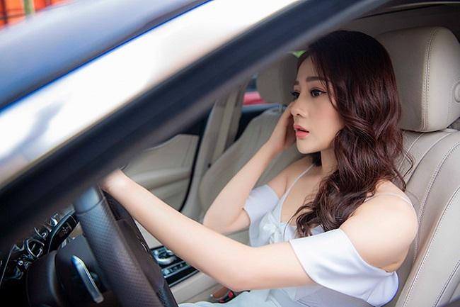 Nữ diễn viên thường xuyên tự lái xe đi sự kiện hay quay phim.