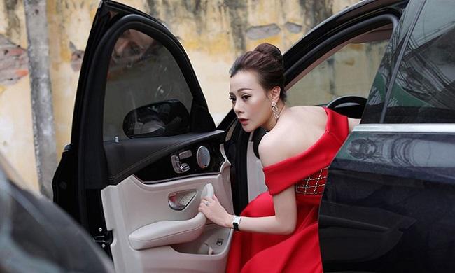 Không chỉ sở hữu căn hộ cao cấp tiền tỷ, Phương Oanh cũng tự tậu xe hơi từ cách đây vài năm để thuận lợi cho công việc. Xế hộp của người đẹp có giá khoảng 3 tỷ đồng.