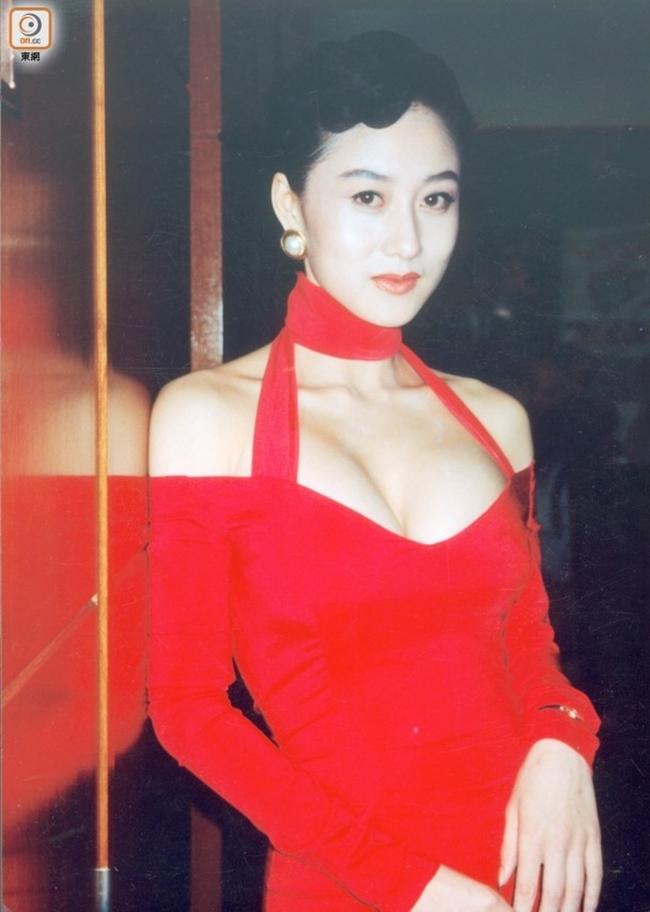Lợi Trí sở hữu nét đẹp của phụ nữ phương Đông với mái tóc đen mượt mà, đôi mắt to tròn. Các trang phục mà cô lựa chọn cũng thiên về phong cách truyền thống, kín đáo, màu sắc nhã nhặn.