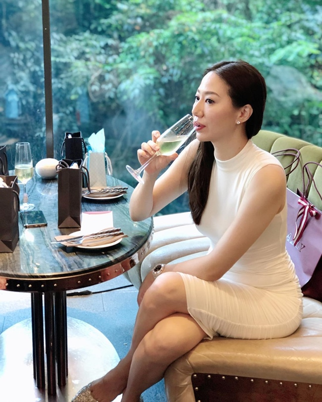 Sau khi đăng quang, cô nhận được nhiều lời mời đóng phim và làm mẫu ảnh. Tuy nhiên, sau khi kết hôn với tài tử họ Chân, Uông Thi Thi lui về hậu phương, tập trung kinh doanh và hỗ trợ chồng trong công việc.