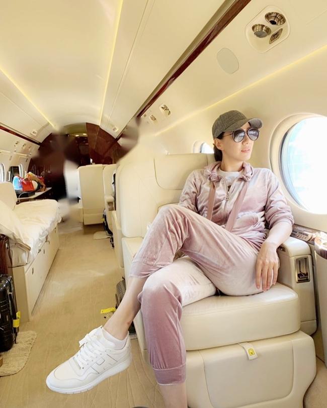 Bà xã Chân Tử Đan có cuộc sống rất sang chảnh. Cô từng gây xôn xao mạng xã hội khi khoe ảnh ngồi trên phi cơ riêng với hệ thống nội thất hiện đại, sang trọng.