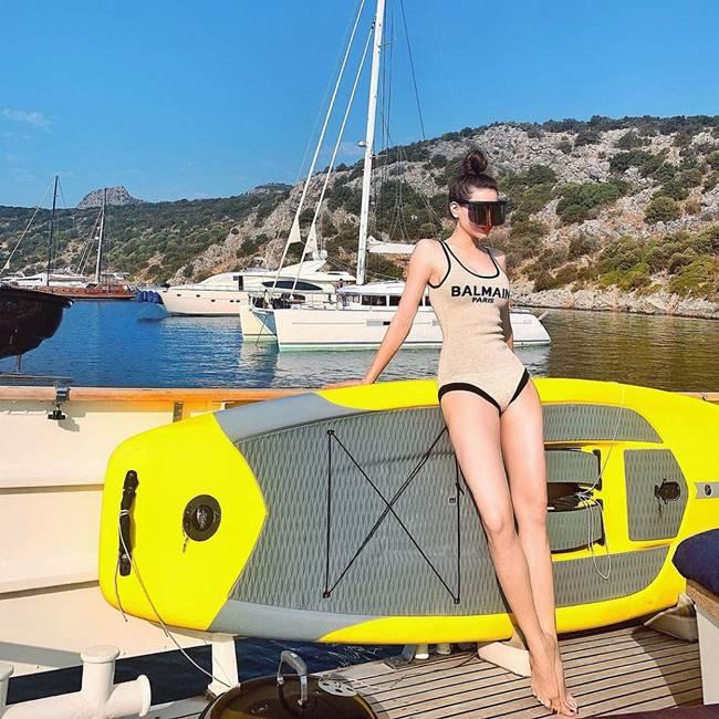 Vẫn là đồ bơi màu nude nhưng việc lựa chọn thiết kế có đường viền đen mang đậm dấu ấn của nhà mốt Balman giúp cô thu hút và thời thượng hơn dù xuất hiện ở bất kỳ không gian nào.