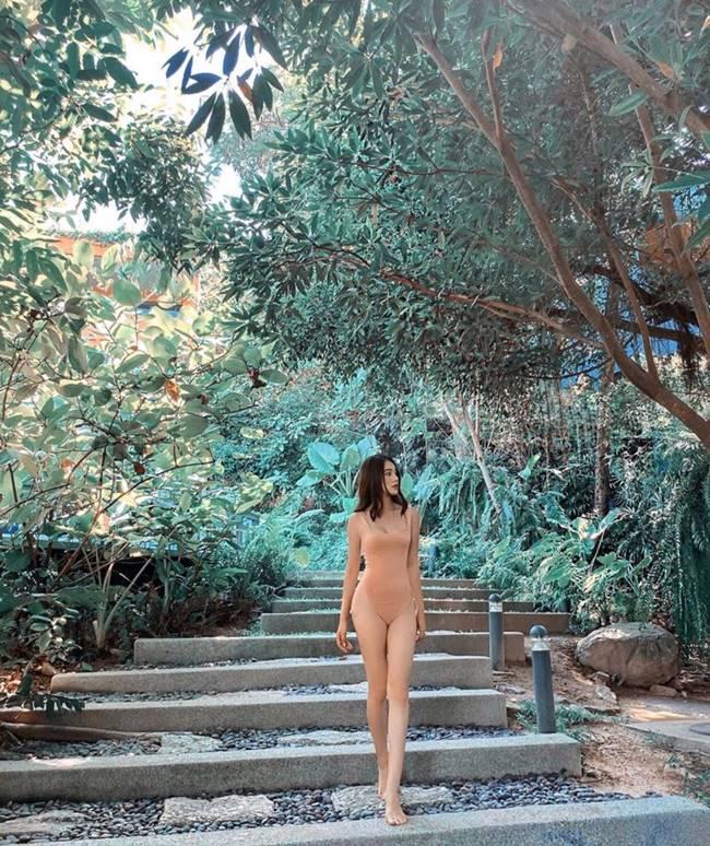 Phải tinh mắt lắm mới có thể nhìn được Jolie Nguyễn mặc đồ bơi màu nude bởi bức hình chụp xa cùng áo tắm 1 mảnh như khiến nàng hoa hậu đang nude vì môi trường.