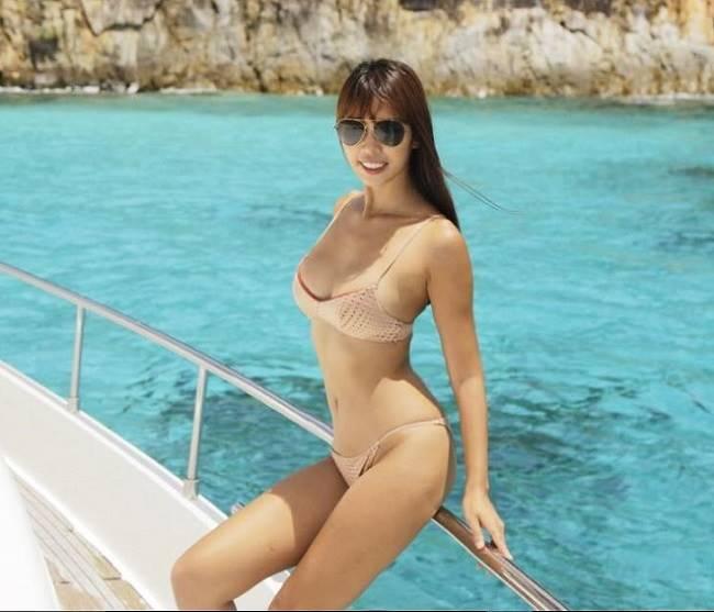 Siêu mẫu Hà Anh chọn đồ bơi 2 mảnh nhỏ xíu màu nude, khoe eo kiến càng nhỏ xíu. Với trang phục này, những địa điểm có ánh sáng mạnh càng khiến người nhìn khó lòng phát hiện ra dấu vết đồ bơi màu nude được các mỹ nhân mặc.