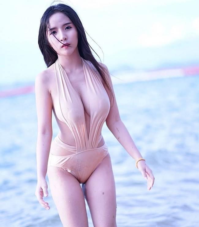 Không thể chối cãi sức hấp dẫn của những bộ áo tắm màu nude vì quá gợi tình, lại đa dạng về kiểu dáng, tôn thân hình một cách triệt để.