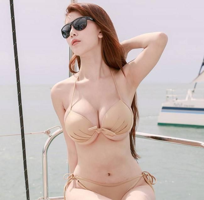 Phụ nữ châu Á nhất là các nước Thái Lan, Hàn Quốc, Nhật Bản... rất chuộng loại áo tắm màu nude. Những thiết kế áo gọng cứng giúp tôn lên vòng ngực đầy đặn.