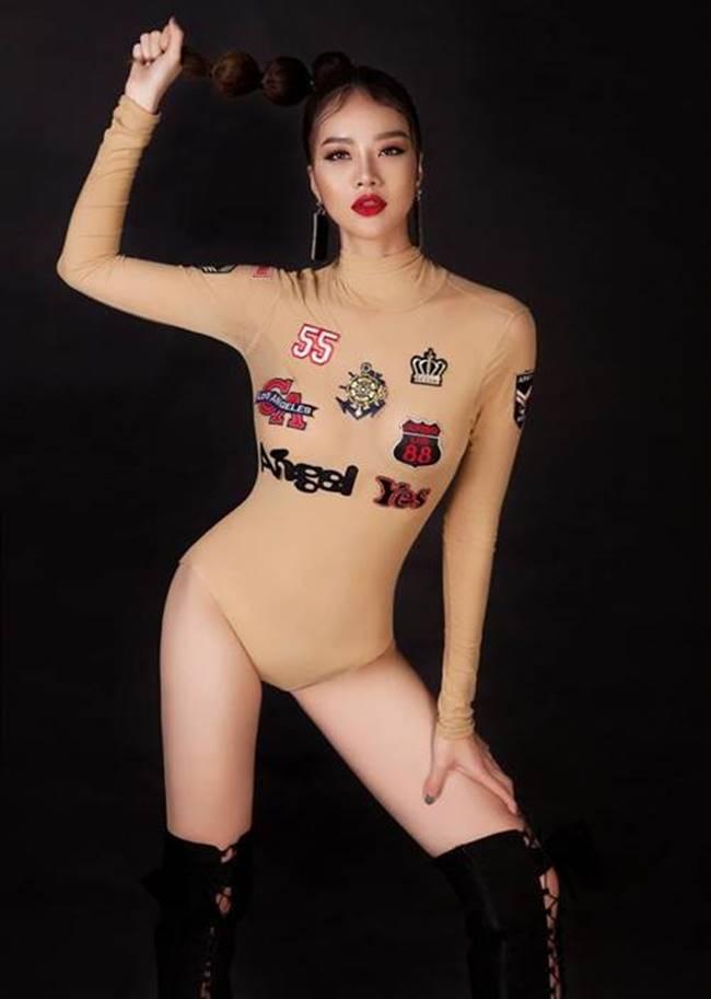 Hoa hậu Việt Nam toàn cầu Kiều Ngân chọn đồ bơi màu nude nhưng được điểm xuyến với nhiều họa tiết nhưng lại khiến người nhìn lầm tưởng cô đang vẽ họa tiết lên cơ thể.