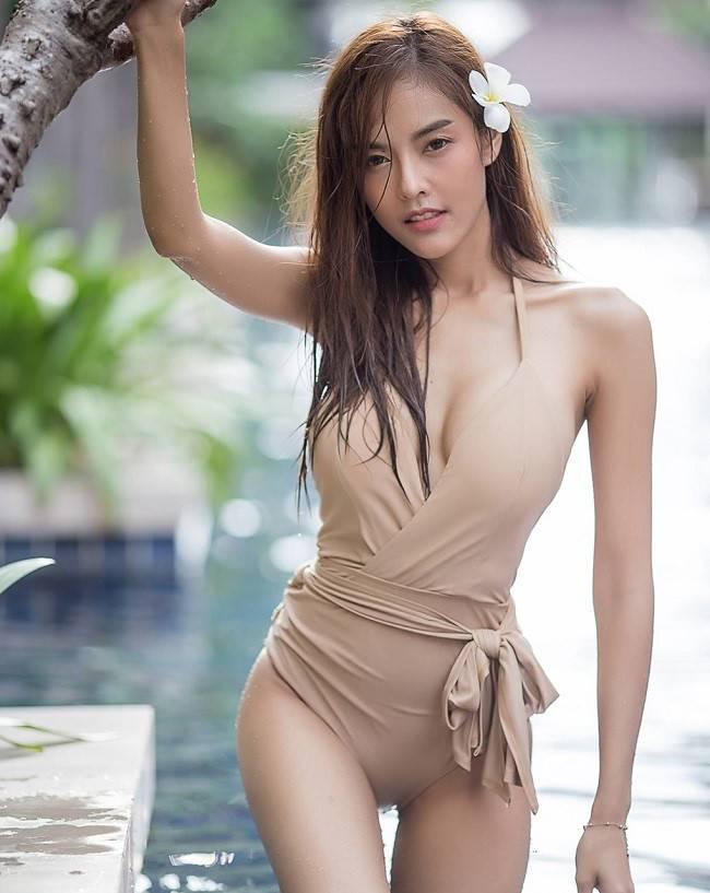 Điệu đà hơn với chi tiết thắt nơ ngang eo, đây cũng là một điểm tinh tế để nhận diện cô gái này có mặc đồ bơi vì màu nude như che lấp sự tỉnh táo của người nhìn, khiến họ bị cuốn vào không lối thoát.