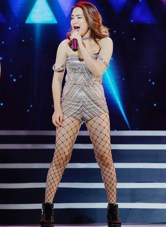 """Với đôi chân đã """"ngấn mỡ"""" lại còn xỏ vào đôi tất lưới, Hòa Minzy đã khiến đôi chân trông như """"bó giò"""" chính hiệu."""