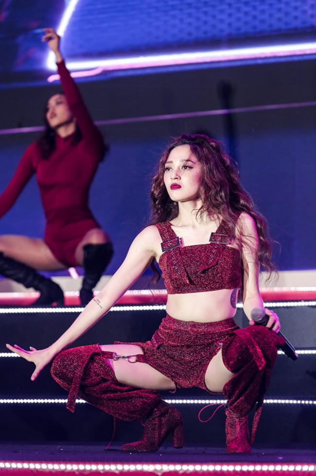 Bên cạnh đó, cô cũng hay bị khán giả chỉ trích vì trang phục thiếu vải hay vũ đạo phản cảm khi biểu diễn ở nơi đông người.