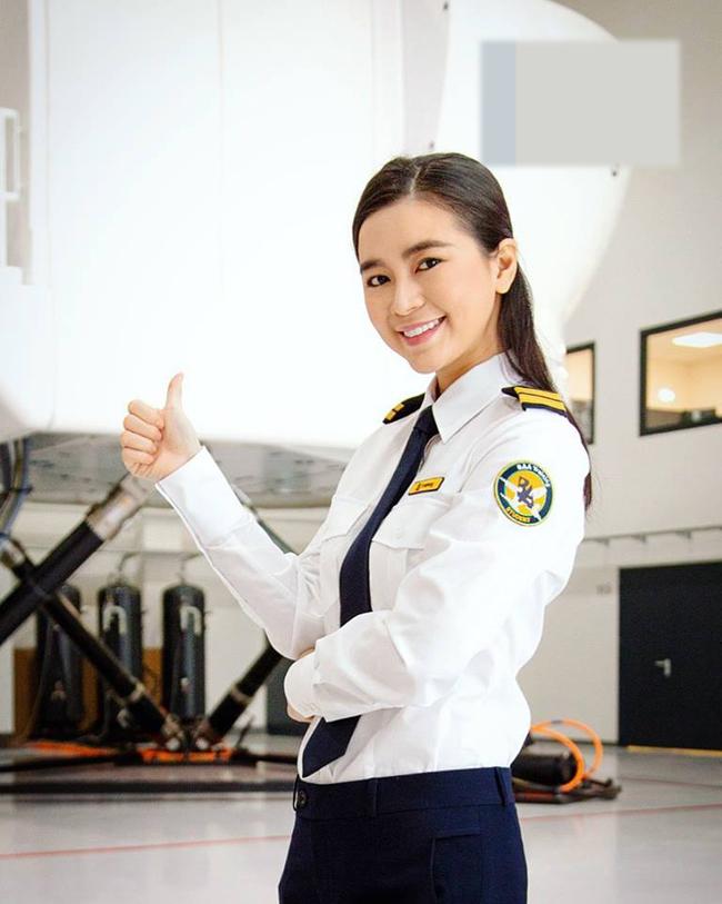 Nhân vật đang được nhắc tới là Diệu Thúy- nữ diễn viên Việt đầu tiên làm phi công ở nước ngoài từ trước năm 2018. Cô mới gia nhập hãng hàng không mới của Việt Nam khoảng 1 năm trước và trở thành một trong những nữ phi công đầu tiên của hãng này.