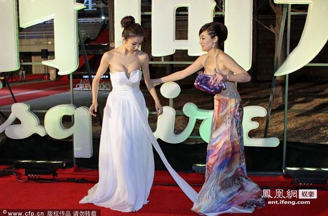 Mãi tới cuối tháng 8.2019, quản lý cũ của Tôn Phi Phi bất ngờ lên báo tố vụ tụt váy lộ vòng một do nữ diễn viên tự dàn dựng nhằm thu hút sự chú ý. Sự việc vỡ lở khiến công chúng quay lưng với nữ diễn viên.
