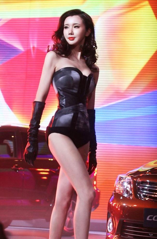 Thay vào đó, cô vẫn thường xuyên xuất hiện tại các sự kiện trong làng giải trí với phong cách thời trang gợi cảm, táo bạo.
