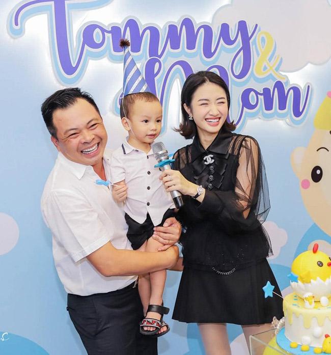 Cô và chồng đại gia hơn 19 tuổi hạnh phúc trong tiệc sinh nhật con. Con trai Thu Ngân thừa hưởng nhiều nét đẹp của mẹ.