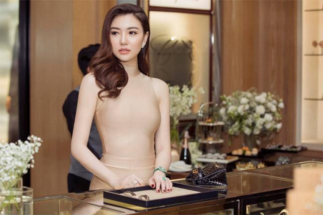 Sau khi lấy chồng, người đẹp thường xuất hiện với hình ảnh sang trọng, phủ kín hàng hiệu cao cấp, đắt đỏ.