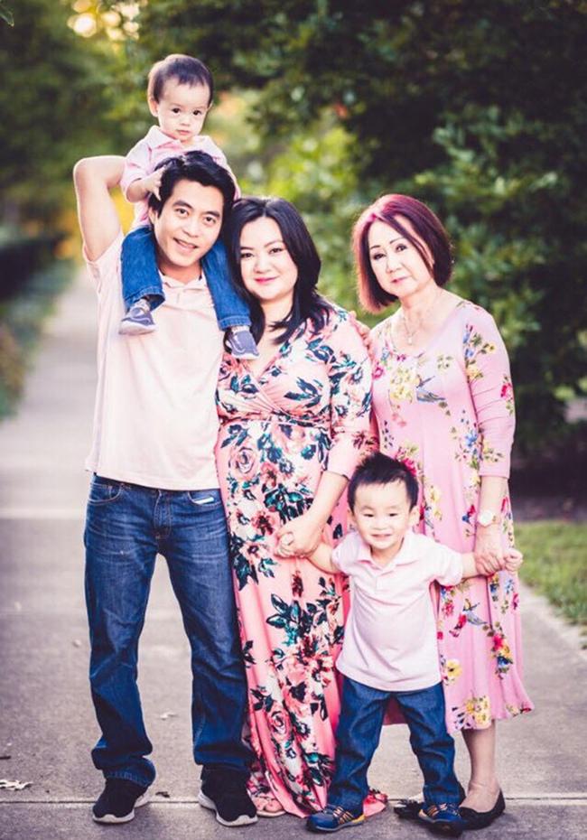 Xuân Mai bên chồng cùng ba nhóc tỳ kháu khỉnh và mẹ ruột.