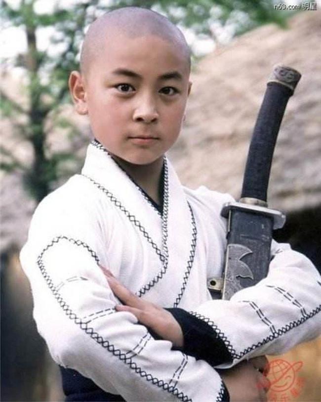 """Thích Tiểu Long tên thật là Trần Tiểu Long, sinh năm 1988. Sinh ra trong gia đình có truyền thống võ học, ngay từ khi mới 2 tuổi, Thích Tiểu Long đã được bố định hướng theo nghiệp võ và đưa lên chùa Thiếu Lâm rèn luyện. Từ đây, cơ duyên đến với điện ảnh của cậu nhóc bắt đầu từ năm 1993 khi được Lâm Chí Dĩnh mời đóng phim """"Thiếu Lâm Tiểu Tử""""."""