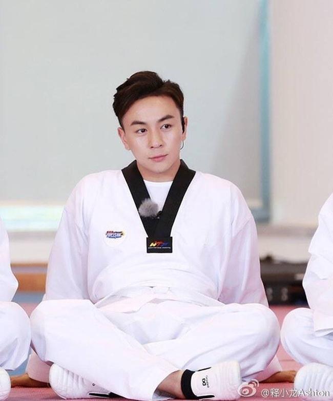 Bên cạnh đó, Thích Tiểu Long cũng tự mở võ quán mang tên Long Môn Thích Gia, đảm nhận vai trò võ sư. Anh rèn luyện võ thuật, nhận vai trò làm giám khảo cho giải đấu quyền anh chuyên nghiệp ở võ đài của Tinh Võ Môn