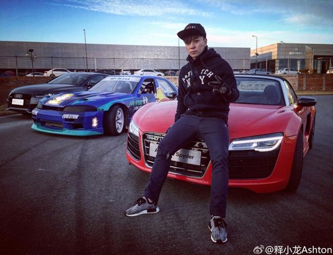 Là người đam mê tốc độ và siêu xe, Thích Tiểu Long từng tham gia nhiều giải đấu chuyên nghiệp. Hiện tại, anh đang sở hữu dàn xế hộp hoành tráng có giá trị lên đến hàng chục tỷ đồng.