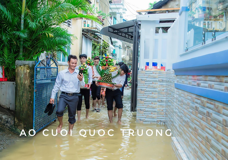 Cưới ngày mưa bão, chú rể Quảng Ngãi đón dâu bằng