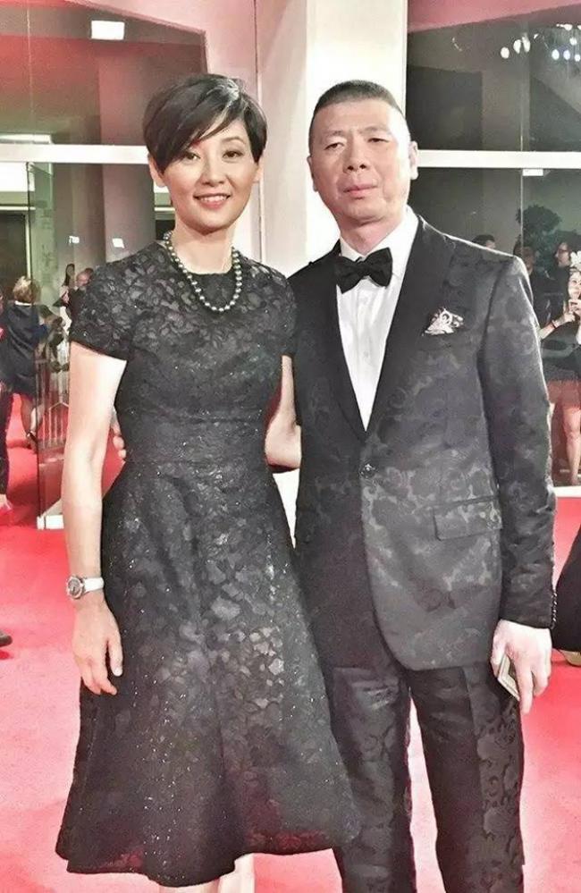 Đạo diễn Phùng Tiểu Cươngđược xem là một trong ba trụ cột của thế hệ điện ảnh thứ 5 tại Trung Quốc. Chính tên tuổi đó giúp ông dù gương mặt không ăn hình, tuổi tác chênh lệch có được một bà xã xinh đẹp, kém ông nhiều tuổi.