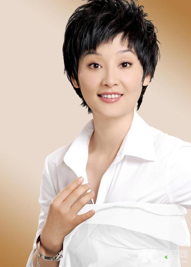 Từ Phàm là người vợ thứ hai của Phùng Tiểu Cương, là một diễn viên nổi tiếng, nhan sắc và giỏi giang.