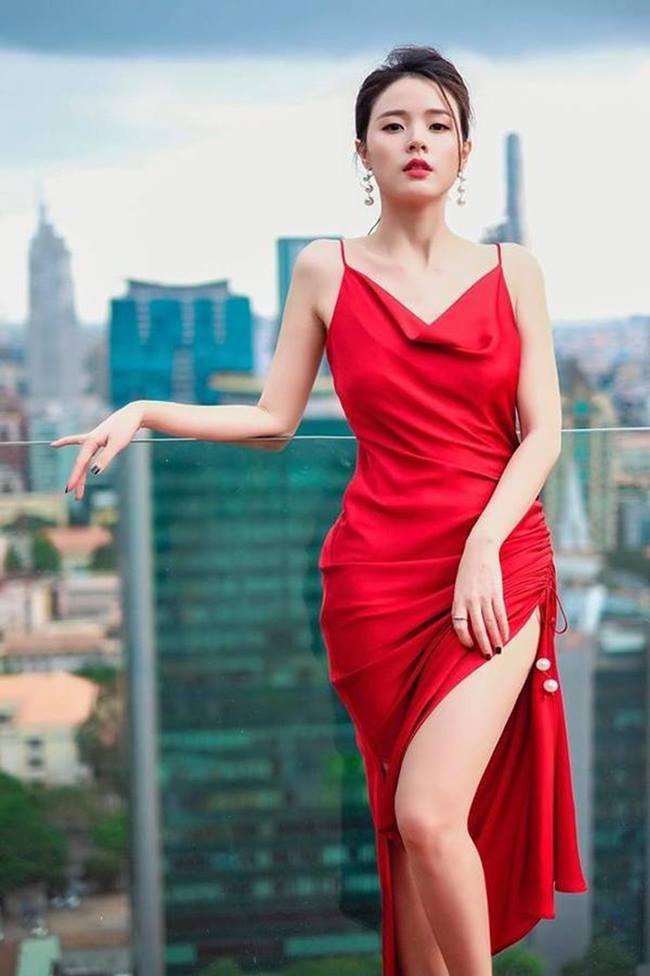 Chỉ vì chọn sai kiểu váy mà ngay chính Midu cũng không muốn nhớ về khoảnh khắc hớ hênh đó. Trước đó, cô từng chinh phục đẹp mắt mẫu váy lụa màu đỏ, xẻ đùi cao khoe thân hình đồng hồ cát đầy tinh tế.