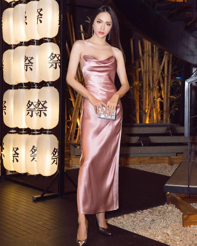 Yêu thích Slip dress nhưng Hương Giang cũng vài lần phải khéo dùng phụ kiện để che chắn, phòng sự cố.