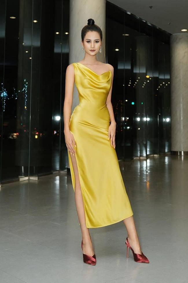 """Đa phần váy lụa phản chủ đều do thiết kế dáng xòe hoặc rộng. Vậy nên, cần chọn thiết kế có độ ôm cơ thể sẽ giúp phần vải ở vị trí ngang hông căng ra mà không lộ """"vùng cấm địa""""."""