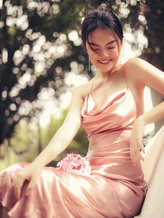 Trước những sự cố ngoài mong muốn, váy lụa vẫn được lòng rất nhiều mỹ nhân Việt và họ có cách xử lý riêng để có được vẻ đẹp hoàn mỹ nhất.