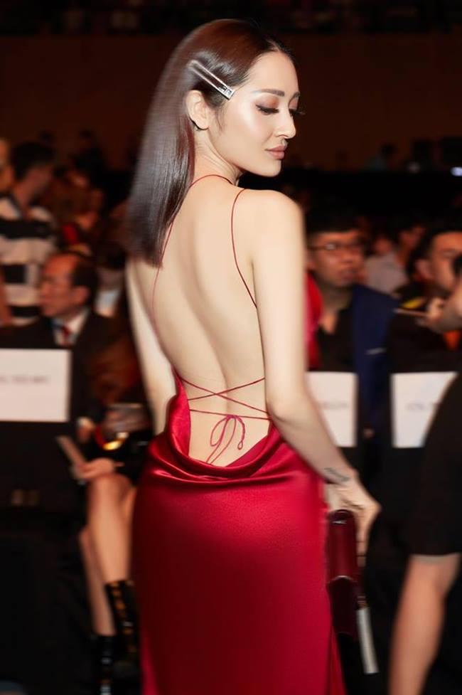 Với những kiểu váy mỏng, mềm dễ in hằn vết quần nội y thì lựa chọn thông minh nhất là quần C- string.