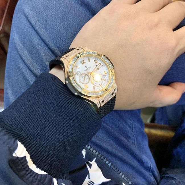 Bản thân Quang Lê cũng sở hữu đồng hồ thuộc dòng thương hiệu Hublot có giá dao động trong khoảng từ 600-800 triệu đồng.